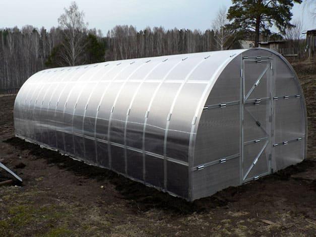 Теплица из поликарбоната для выращивания овощей в грядках с обогревом
